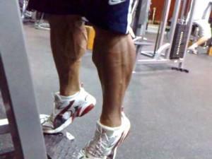 Elevación de talones de pie para aumentar masa  muscular en pantorrillas