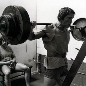 entrenando pesas